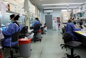 Investigadoras del IrsiCaixa en una laboratorio de Barcelona / María Bélmez, archivo ACN