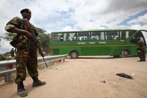 Un soldado custodia un autobús tras la matanza en la Universidad de Garissa (Daniel Irungu)