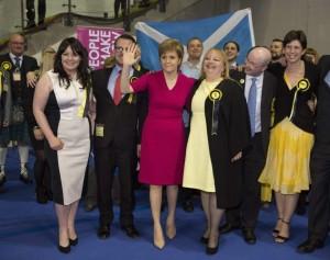 La líder del Partido Nacionalista Escocés, Nicola Sturgeon, celebra al victoria con sus seguidores. (Robert Perry/EFE)