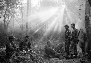 Tras una noche de combates con las guerrillas del vietcongs, una unidad de soldados de los EE UU descansa en la selva (1965) / AP Photo/Horst Faas, cortesia Steven Kasher Gallery, New York / 20 MinutosS