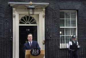 El primer ministro británico, David Cameron, ofrece un discurso a la nación ante el número 10 de Downing Street. (Andy Rain/EFE)