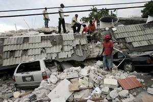 Varios hombres remueven escombros en Puerto Príncipe (Haití). (Archivo: EFE/Orlando Barría)