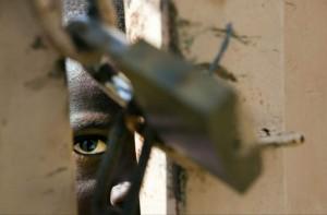 Un niño observa a través de un portón fronterizo que divide Haití de República Dominicana. (Archivo/EFE)