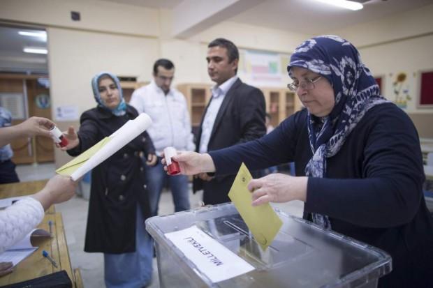 Mujeres ejerciendo el voto en las elecciones del domingo / EFE