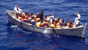 Imagen de un barco de inmigrantes rescatados entre las costas de Italia y el norte de África. (Archivo/ EFE)