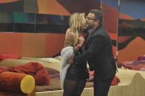 Jorge  Javier abraza a Paula como para asfixiarla  (TELECINCO)