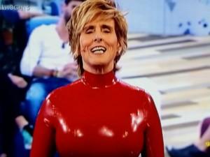 Milá, vestida de caperucita roja castigadora (TELECINCO)