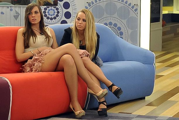 Alejandra y Yoli, con pinta de estar esperando al cartero.