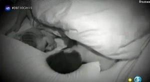 Yoli y Jonathan, castos en la cama. (TELECINCO)