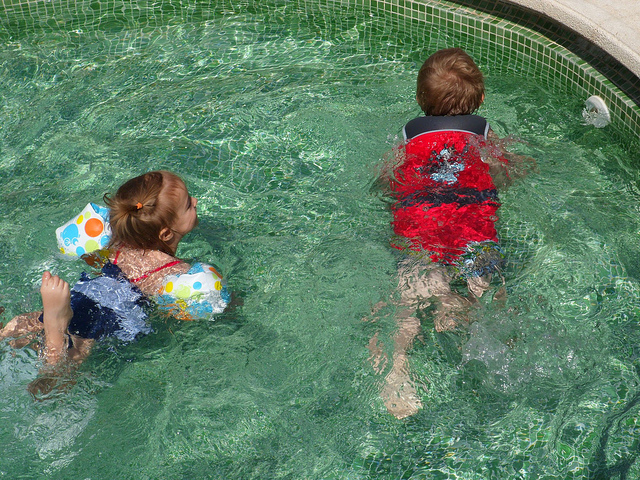 El recomendable chaleco flotador madre reciente for Manguitos piscina