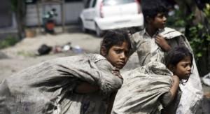 Niños cargando con sacos de material reciclable en La India (EFE).
