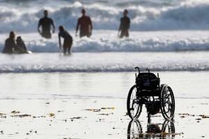 Una silla de ruedas en la playa (FLICKR / SomosMedicina)