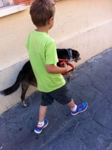 Jaime paseando a nuestra perra.