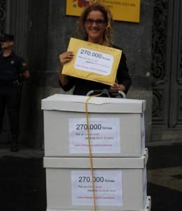 Elena Alfaro, en la puerta del Ministerio de Educación, antes de entregar las firmas conseguidas para pedir que se abaraten los libros de texto (Change.org).