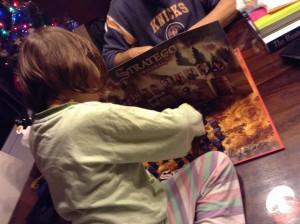 Julia jugando al Stratego con su padre.
