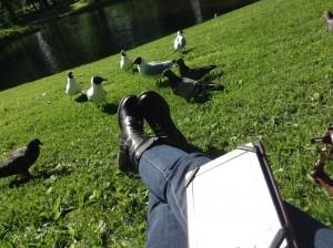 Leyendo junto al palacio real.