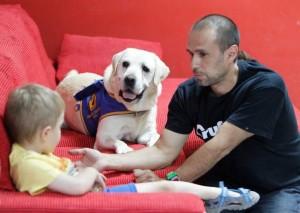 Teo Marical, director de la Fundación Bocalán y maestro de entrenadores, junto a Melchor se gana la atención de un niño con autismo. (JORGE PARÍS)