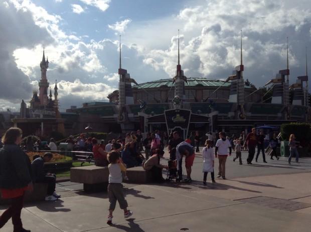 El castillo de Aurora desde el la atracción de Buzz Lightyear.