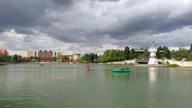 El lago en torno al que están la mayoría de hoteles, al fondo se ven New York y Sequoya.