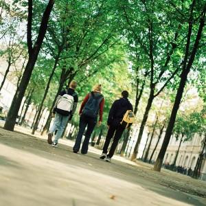 Tres niños camino al colegio (GTRES)