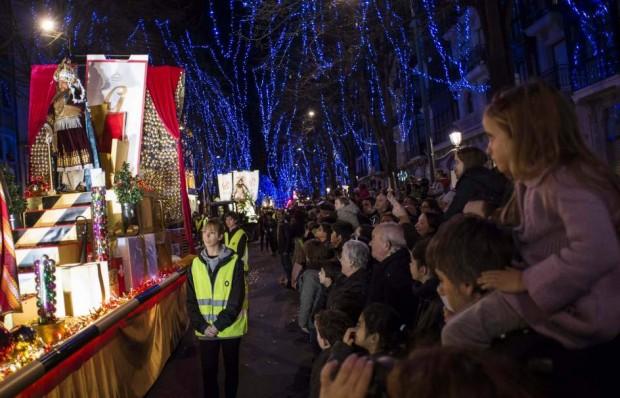Un momento de la Cabalgata de los Reyes Magos que ha recorrido las calles de Bilbao. (EFE)