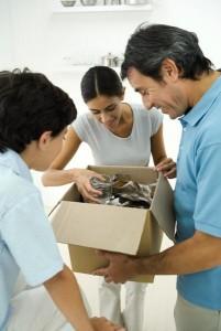 Una familia (inexplicablemente feliz), preparando su mudanza. (GTRES)