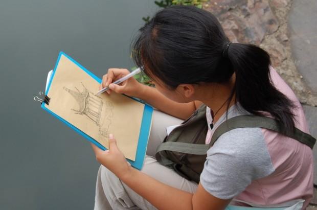 Una niña china dibujando (M.T.)