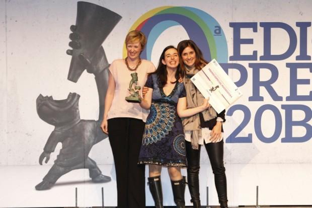 Teresa Olivares, Cofundadora y Directora de Marketing y Ventas de TUTETE, y Mónica de la Fuente, fundadora de Madresfera, entregan uno de los premios al blog Tigriteando.  (JORGE PARÍS)