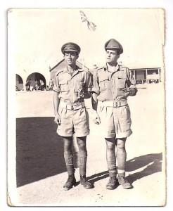 José A. Martínez Soler (dcha), sargento del Ejercito Imperial Británico en la peli de John Lennon.en-Almería