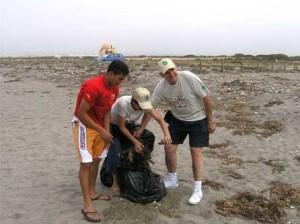 Voluntarios de ASOVAL recogen la basura que dejan en el Parque ciudadanos guarros e insolidarios