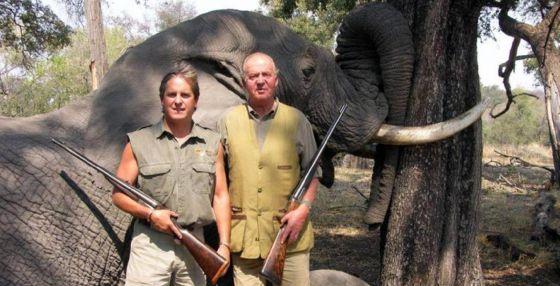 El rey Juan Carlos posando ante un alefante abatido en Africa