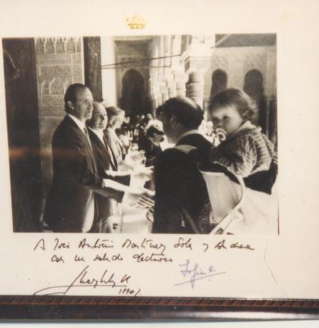 Saludo al rey en el Patio de los Leones con mi hija Andrea a cuestas (1986)