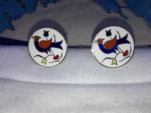 Par de gemelos de los amish con pájaros enamorados que miran hacia atrás.