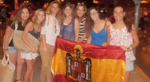 Jóvenes fachas del PP exhibiendo la bandera franquista anticonstitucional.