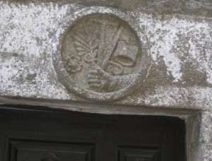 Escudo de la Inquisición en la puerta de su cárcel en La Alberca.