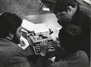 Bernardo Díaz-Nosty y yo (Izda) observando a otro colega en la redacción de diario Nivel.