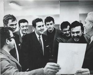 El dibujante Ortuño muestra su obra. (Soy el segundo por la derecha). El editor, Julio García Peri, va de traje (Cuarto por la izquierda)