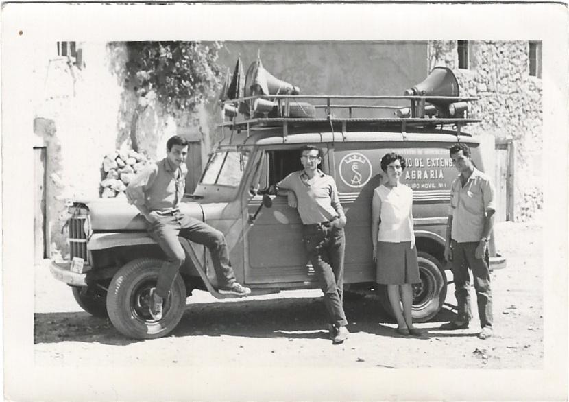 """Sentado en mi """"equipo móvil"""" (para cine y charlas en las plazas de los pueblos) con otros sutistas en la Capaña de Alfabetización de Jaén (verano de 1966)"""