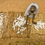 Mujer secando mandioca al sol en Uganda. (c) Pablo Tosco