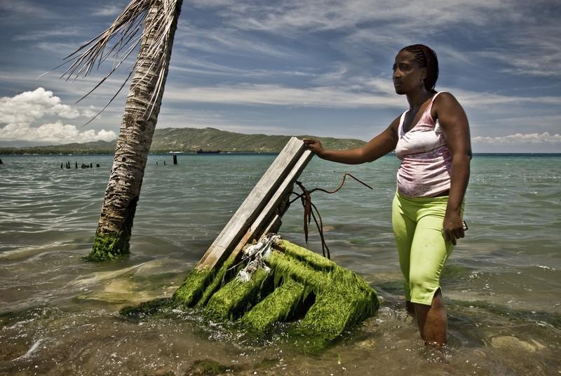 Violent junto a los restos de su vivienda en Place Soulouque, Petit Goave, en Haití. Imagen de Pablo Tosco.