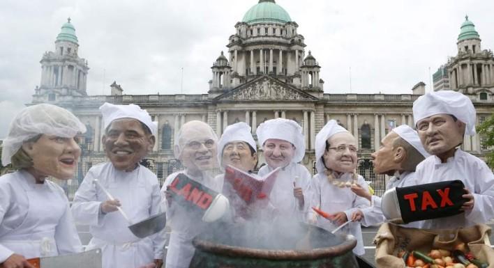Representación de activistas con las caras de los líderes europeos durante la Cumbre del G8 en Belfast (Irlanda del  Norte) la semana pasada. (EFE/EPA/Paul McErlane)