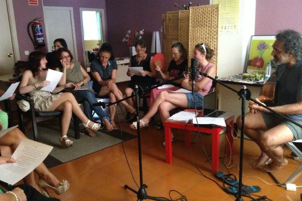 Participantes del taller @fabricanciones en el proceso de composición. Imagen de Generando Igualdad.