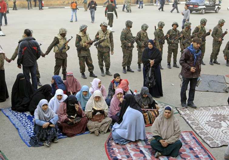 Un grupo de mujeres protesta en la Plaza Tahrir en 2011.