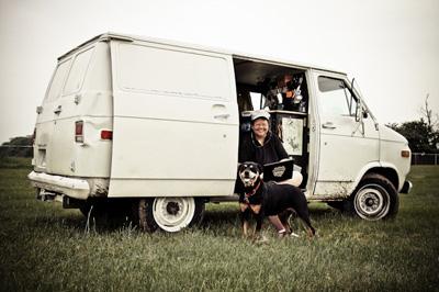 Becky Blanton con su furgoneta, su perro y su gato. Imagen publicada en writersdigest.com
