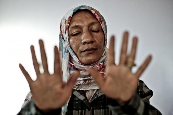 Naima muestra sus manos cortadas por el trabajo en la fresa. Imagen de Pablo Tosco