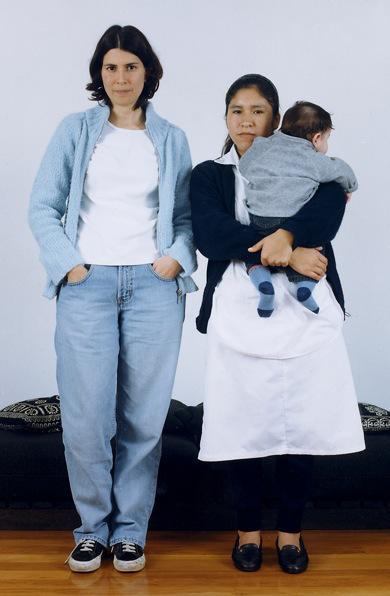 Empleadora y empleada de hogar. Imagen del proyecto La Otra, de Natalia Iguíñiz (Perú)