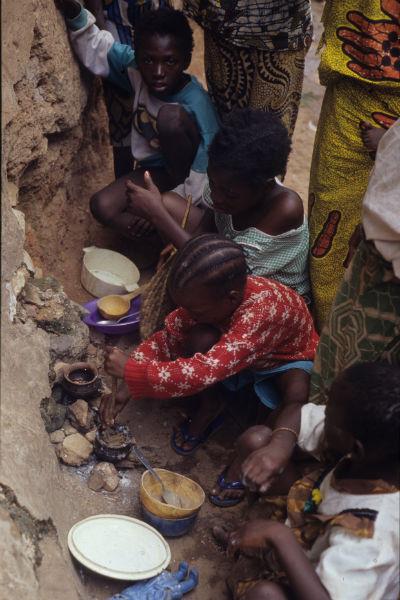 Tres niñas juegan a cocinar  en una calle de Bobo Dioulasso en 1995.