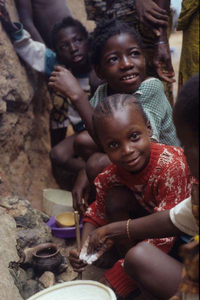 Una pequeña cocinera mirando a su público. Imagen: @bdelabanda