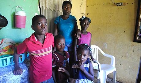 """Según la sentencia del Tribunal Constitucional, los cuatro hijos de Juliana tampoco tienen derecho a la nacionalidad dominicana debido a que el estatus migratorio de sus progenitores es irregular en el país. © Orlando Ramos. Publicada por """"La lupa sin trabas"""""""