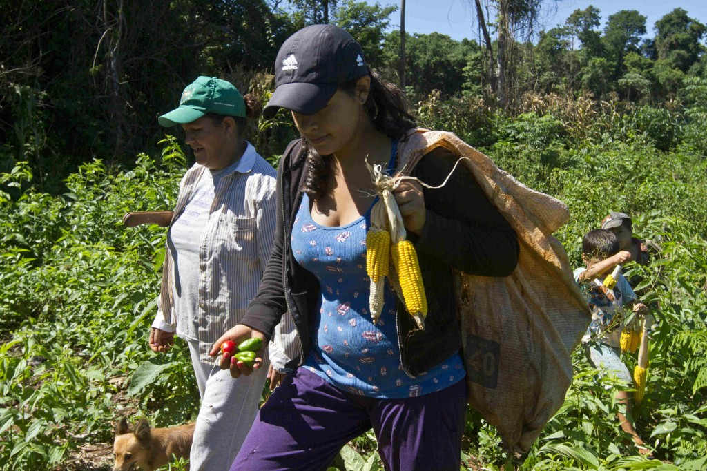 María, estudiante, campesina y lideresa, explica que no hay futuro sin tierra, ni tierra sin alimentos, ni alimentos sin poder. (c) Luis Vera